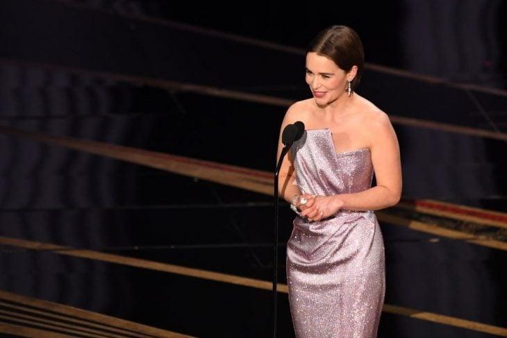 La actriz Emilia Clarke en evento dando la palabra