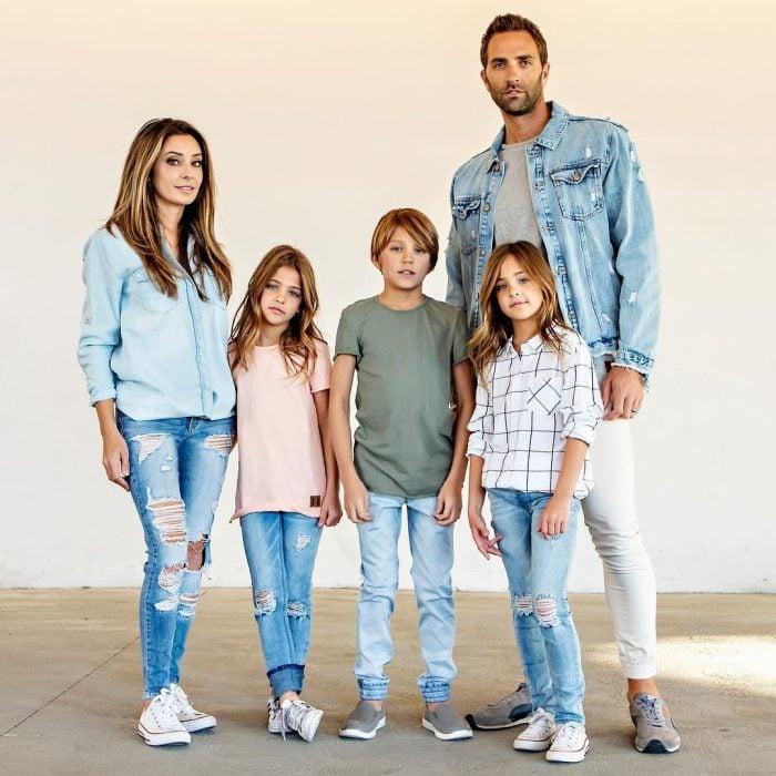 La familia Clements para una sesión fotográfica en tonos de mezclilla