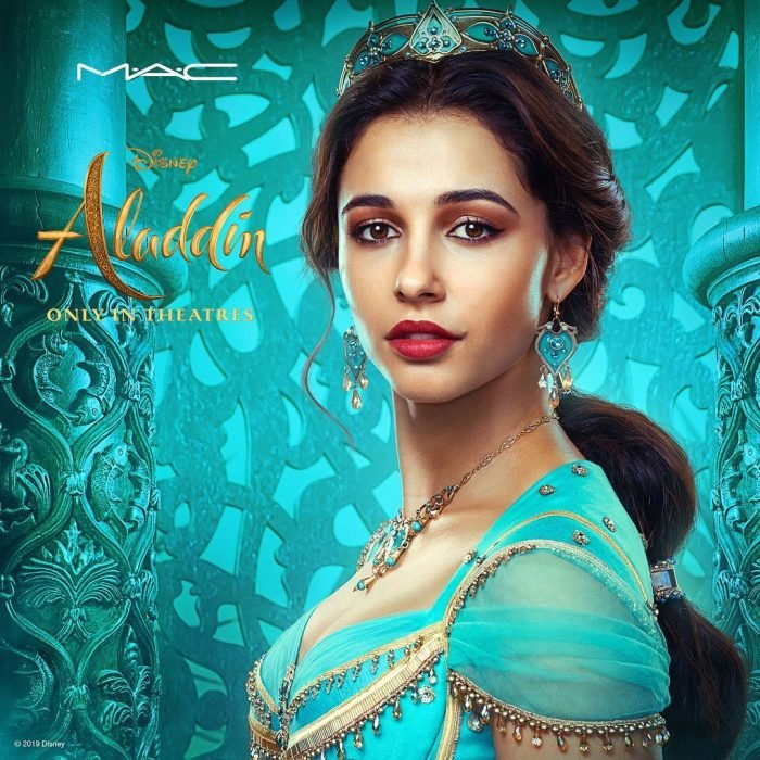 Chica disfrazada de princesa Jasmin de Aladdin usando ropa árabe