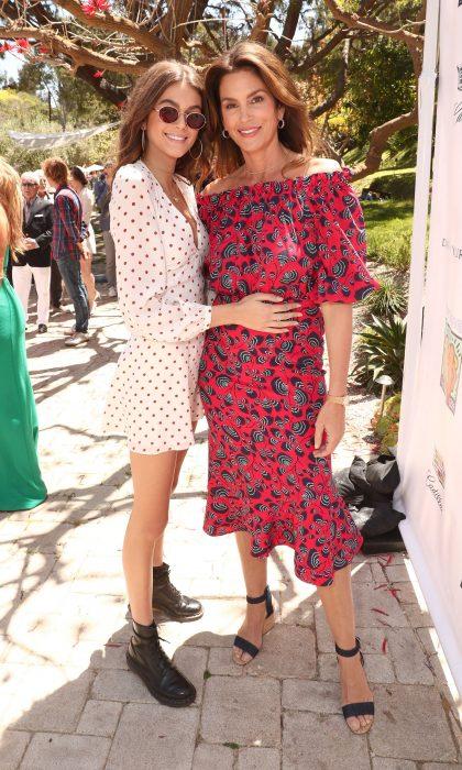 Madre e hija de cabello castaño, ambas con vestiidos blanco y rojo abrazadas y sonriendo, Cindy Crawford y Kaia Gerber