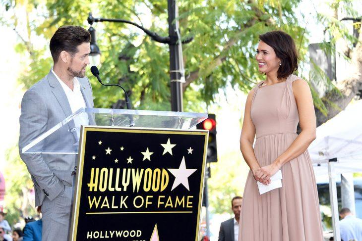 El actor Shane West dando un discurso de la actriz Mandy Moore en su entrega de la estrella del Paseo de la Fama