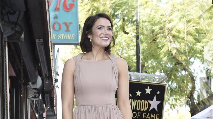 La actriz Mandy Moore en la entrega de la estrella en el Paseo de la Fama en Hollywood