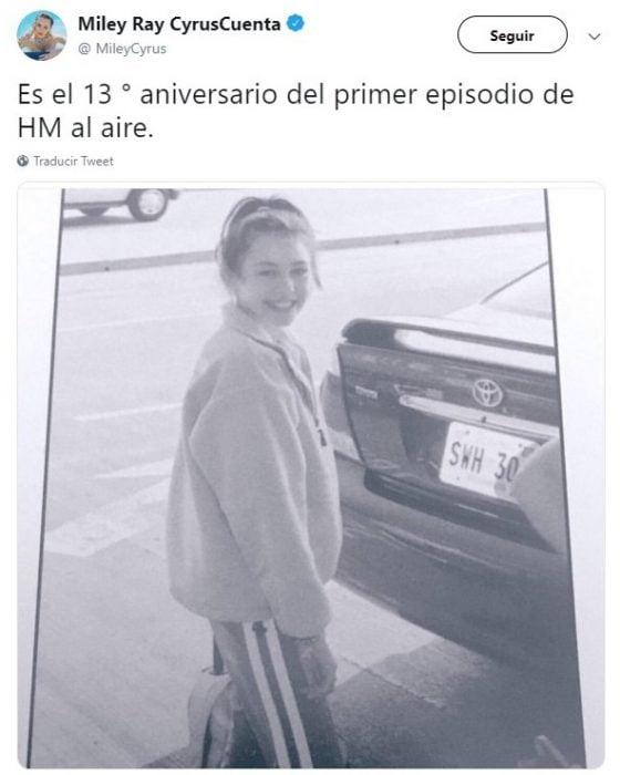 Chica usando ropa deportiva con cabello peinado en chongo y lista para subir a un automóvil