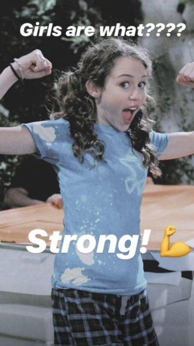 Niña sorprendida con la boca abierta y alzando los brazos en señal de fuerza Hannah Montana