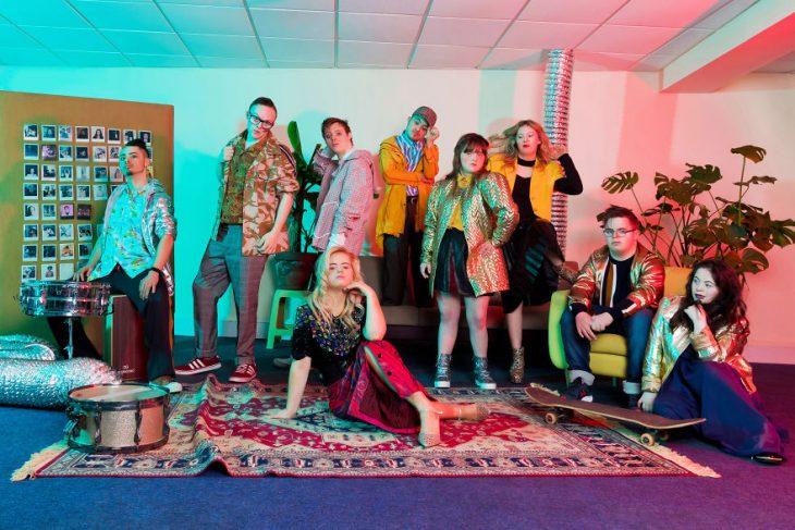 Jóvenes modelos con síndrome de Down reunidos en una fiesta para tomar una sesión de fotos