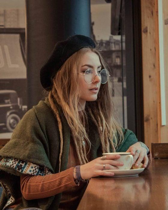 Chica rubia con rastas y boina