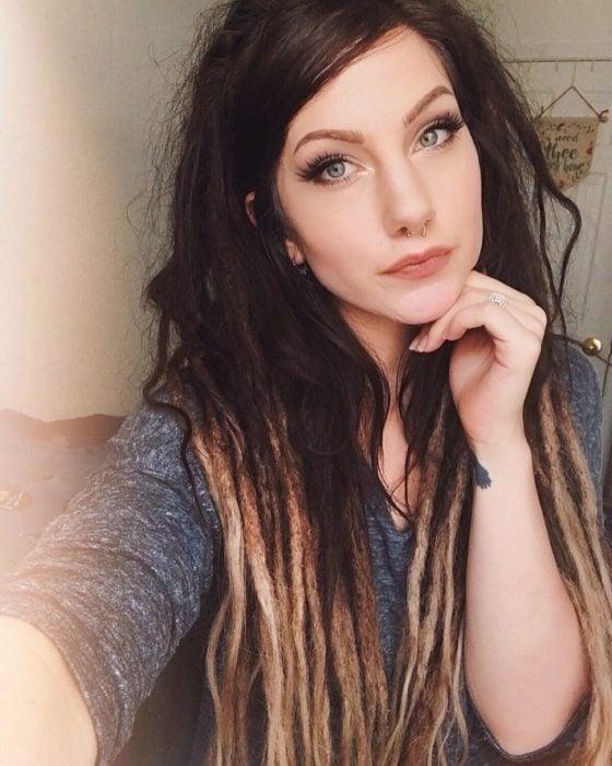 Mujer de cabello castaño con rastas largas