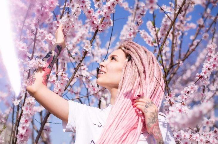 Chica con el cabello rosa y rastas