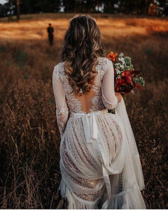 Mujer caminando por una vereda vestida de novia