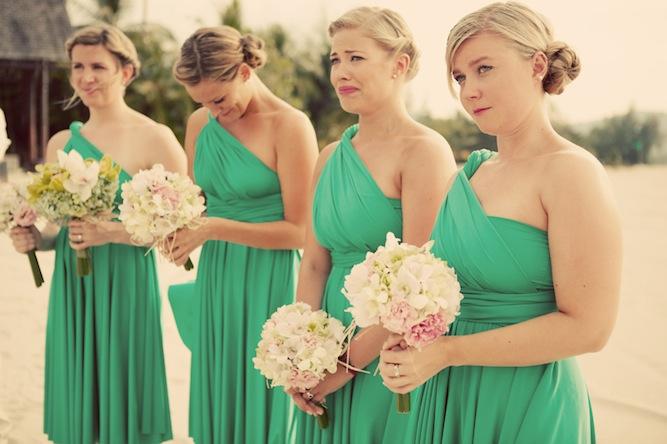 Damas de novia vestidas de verde y llorando