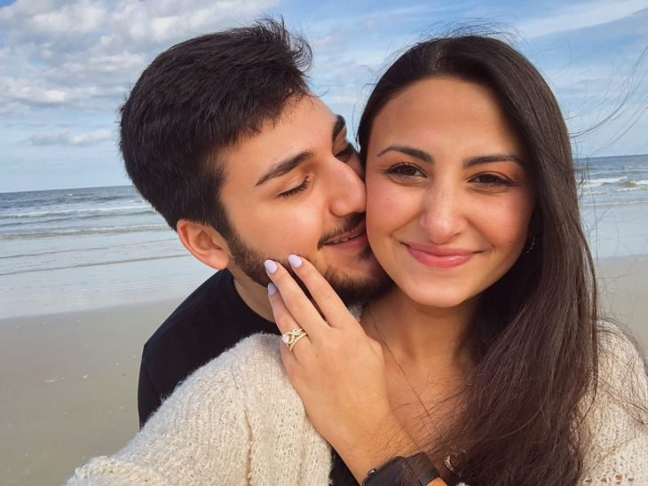 Hombre besando la mejilla de su prometida