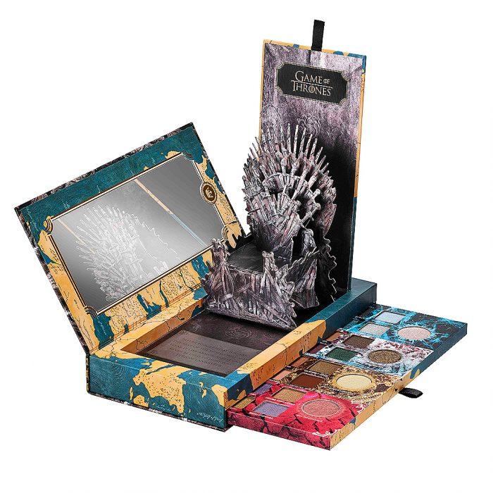 La paleta de sombras con el trono de hierro inspirada en la serie de Game of Thrones de la marca de maquillaje Urban Decay