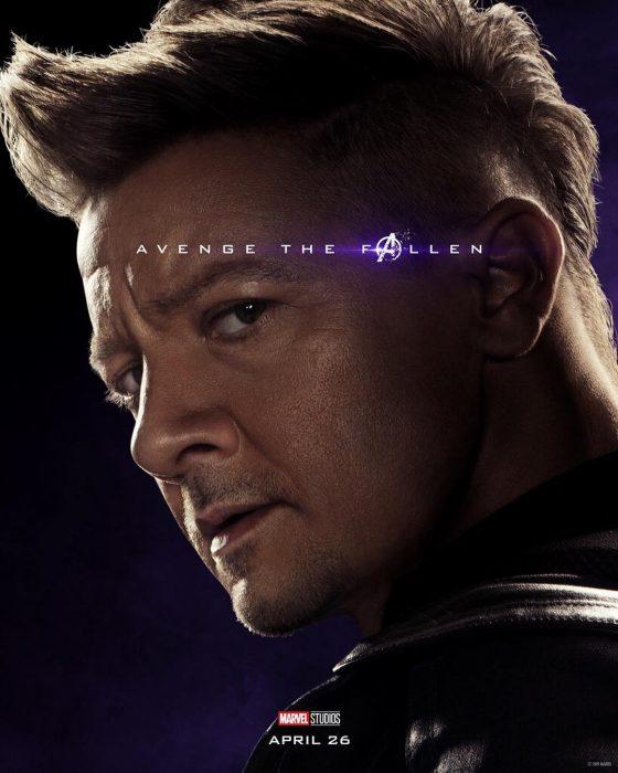 Hombre con cabello castaño, corto, mirando sobre su hombro, Ojo de Halcón, Jeremy Renner, Póster oficial de la película Avengers: Endgame