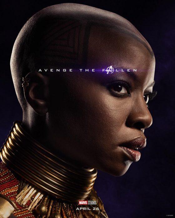Chica con cabello a rapa. collar de aros dorados, posando de perfil, Okoye, Danai Gurira, Póster oficial de la película Avengers: Endgame