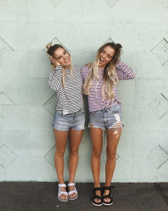 Chicas rubias con ropa igual