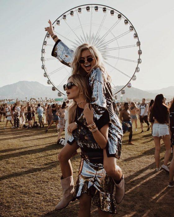 Chicas rubias en festival de música con vestidos de lentejuela