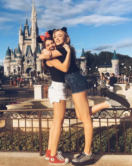 Mejores amigas agrazadas en Disneylandia con ropa que combina