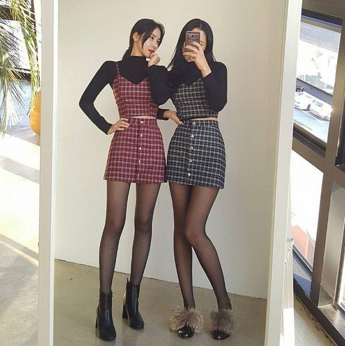 Mujeres asiáticas con top y falda que combinan