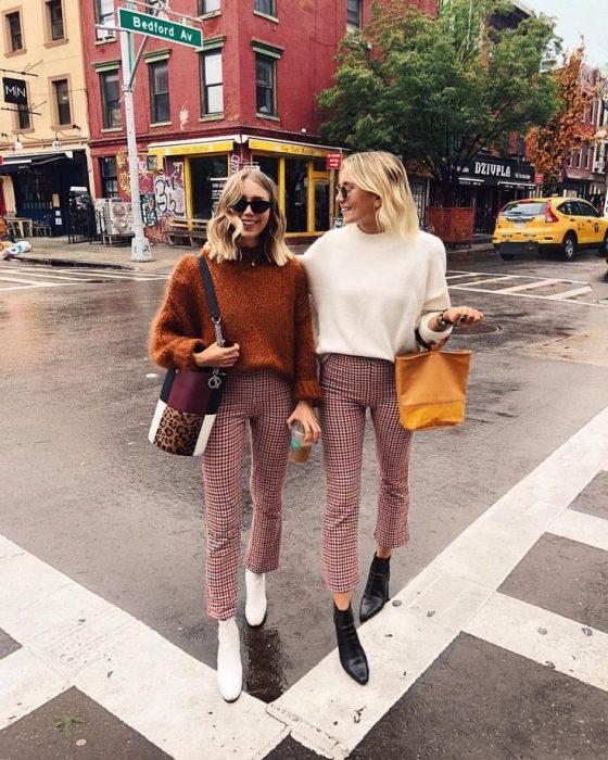 Chicas rubias caminando por la calle con ropa que combina