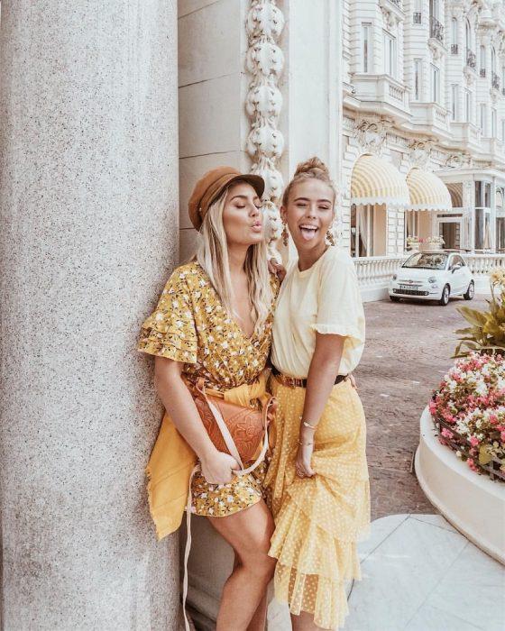 Chicas rubias en la calle con ropa en tonos amarillos