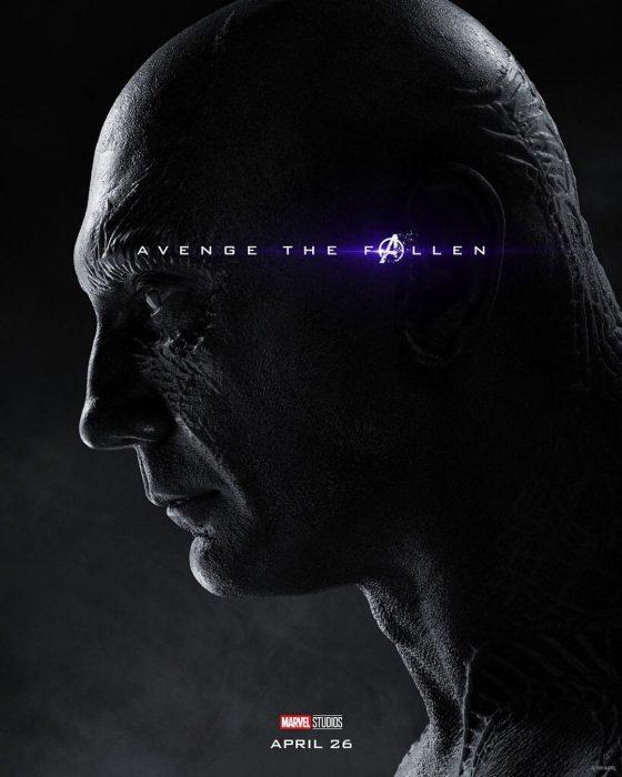 Hombre musculoso, volteado de perfil, con los ojos cerrados, Drax, Dave Bautista. Póster oficial de la película Avengers Endgame