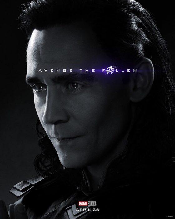 Hombre con cabello largo, peinado hacia atrás, frunciendo labios, Loki, Tom Hiddleston, Póster oficial de la película Avengers Endgame