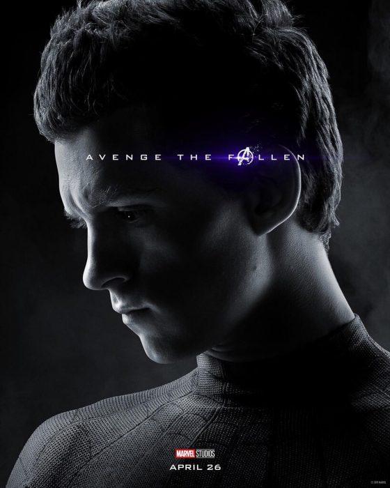 Chico con cabello abultado, mirando hacia el piso, Spider-Man, Tom Holland, Póster oficial de la película Avengers Endgame