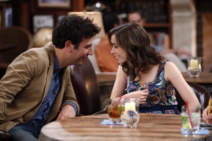 Pareja de novios a punto de besarse en un restaurant