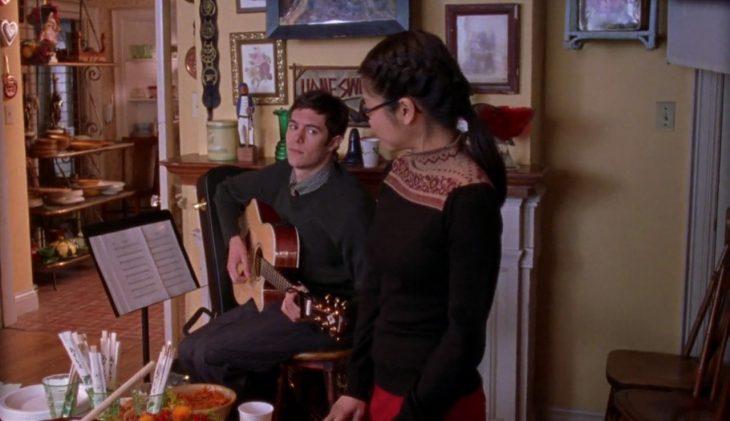 Pareja de novios tocando música