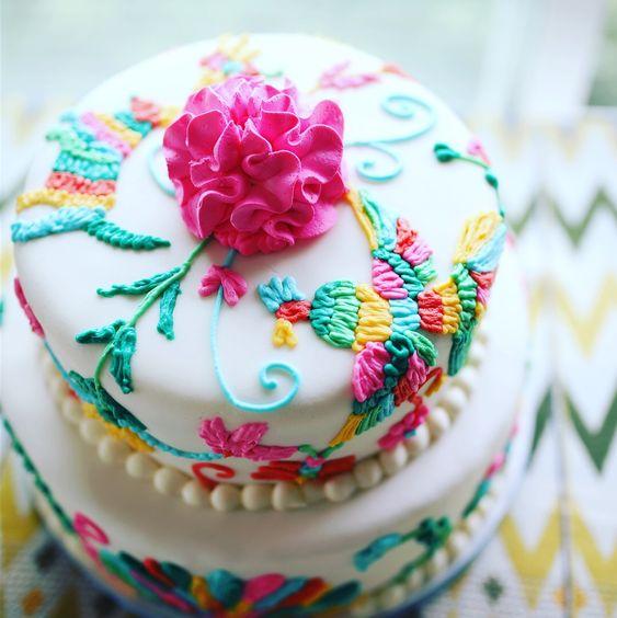 Pastel de fondant decorado con efectos de bordado mexicano con betún clásico en forma de aves y flores estilo mexicano
