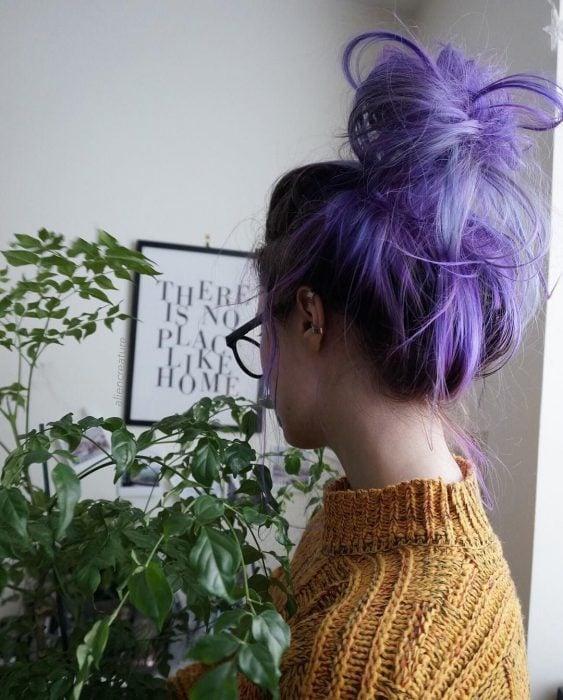 Chica con cabello morado y un chongo alto