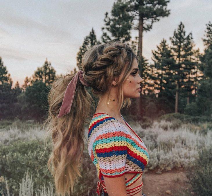 Chica rubia con coleta larga y trenza gruesa a un lado