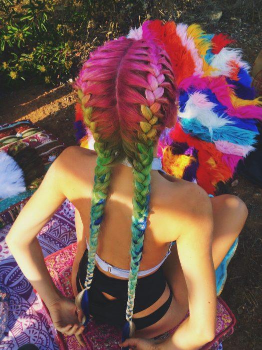 Chica con cabello de colores peinado en dos trenzas estilo boxeadora