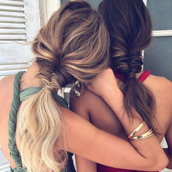Dos amigas peinadas con trenzas sueltas y gruesas