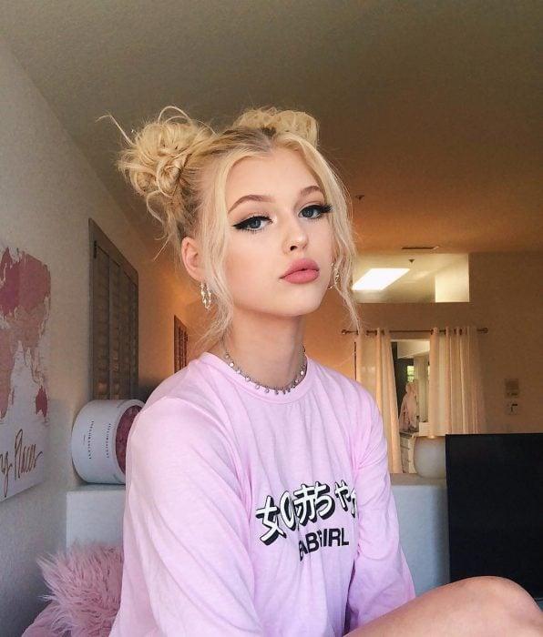Chica rubia con dos chongos despeinados estilo Sailor Moon