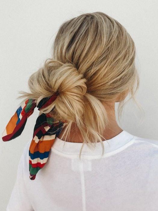 Chica usando una bandana en el cabello