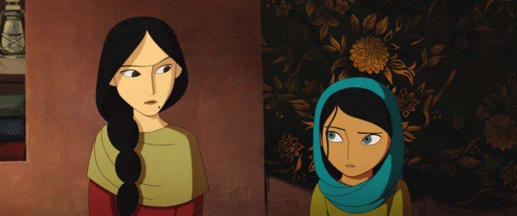 Escena animada de la madre viendo con desaprobación a su hija en la cinta El pan de la guerra