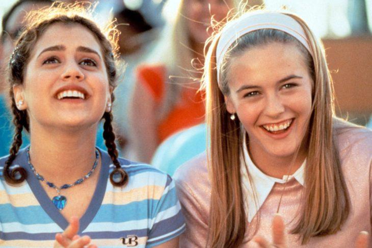Escena de las dos actrices riendo Britanny Murphy y Alicia Silverstone