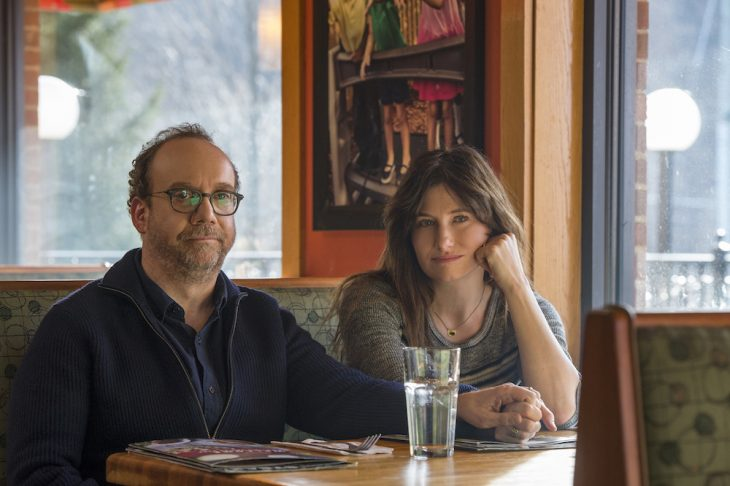 Escena de los actores Kathryn Hahn y Paul Giamatti sentados en una mesa de un restaurante en la cinta Vida Privada