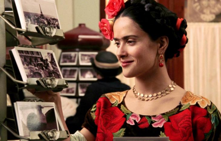 Escena de Salma Hayek apreciando un cuadro para la cinta Frida