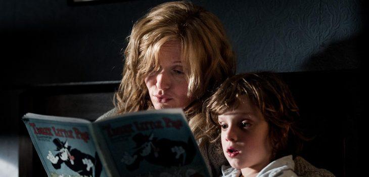 Escena con la actriz Essie Davis leyendole un libro al pequeño actor Noah Wiseman en la cinta The Babadook