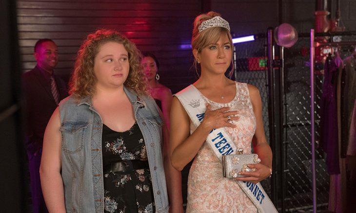 Escena donde la actriz Jennifer Aniston y su hija Danielle Mcdonald en un concurso de belleza en la cinta Dumplin