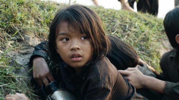 La pequeña actriz Sareum Srey Moch en la cinta Primero Mataron a mi Padre