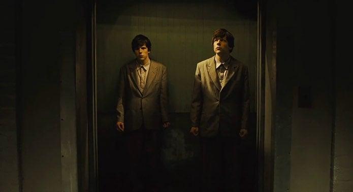 hombres idénticos dentro de un elevador