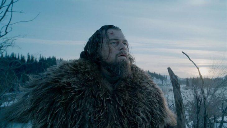 Hombre usando un abrigo abultado