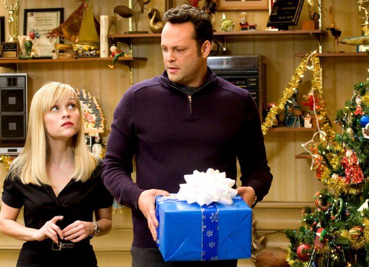 La actriz Reese Witherspoon y el actor Vince Vaughn con un regalo en la mano para la cinta Navidad sin suegros