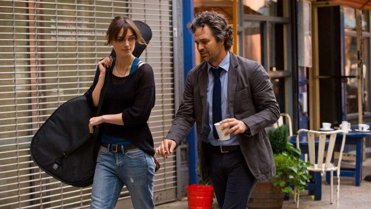 La actriz Keira Knightley con guitarra en mano y el actor Mark Ruffalo con café en mano paseando por Nueva York en la cinta de Empezar otra vez