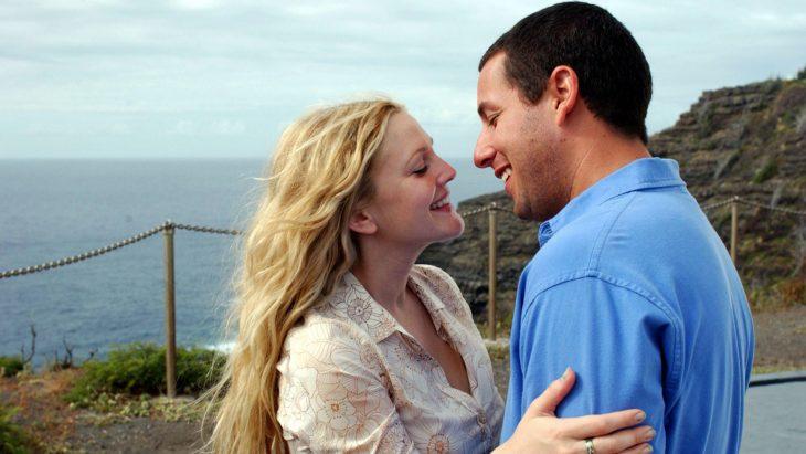 La actriz Drew Barrymore y el actor Adam Sandler abrazados en la cinta 50 primeras citas