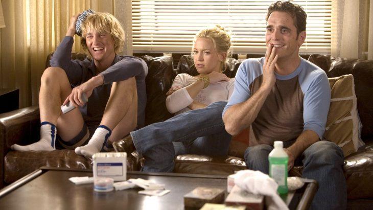 De izquierda a derecha, el actor Owen Wilson, la actriz Kate Hudson y el actor Matt Dilon en la cintas Tres son multitud