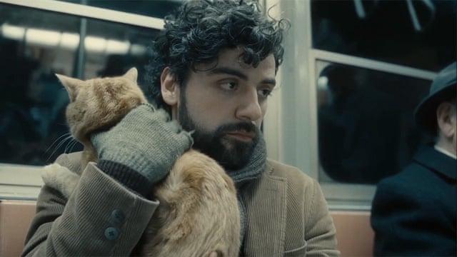 escena de la película Inside Llewyn Davis - hombre con barba va en el metro y sostiene un gato en brazos